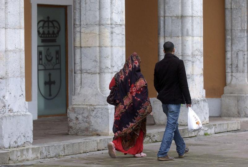 Los nuevos colombrinos, emigrantes como aquellos indianos que dieron vida a la villa. Son Memuna Sulki y Homeda Mema, saharauis.