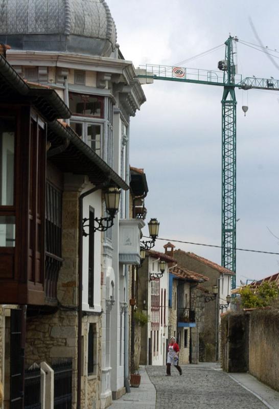 La grúa de un edificio en construcción en el camino hacia la parte más nueva del Colombres del siglo XXI.