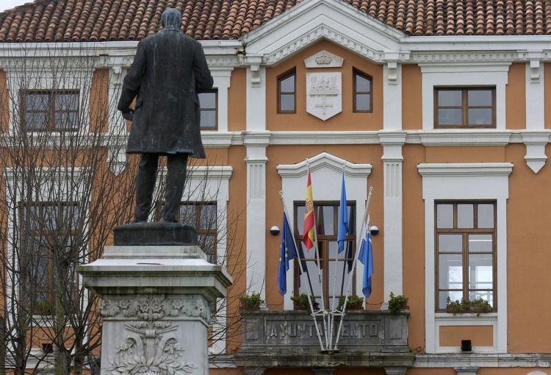 Estatua de Manuel Ibáñez Posada y el Ayuntamiento