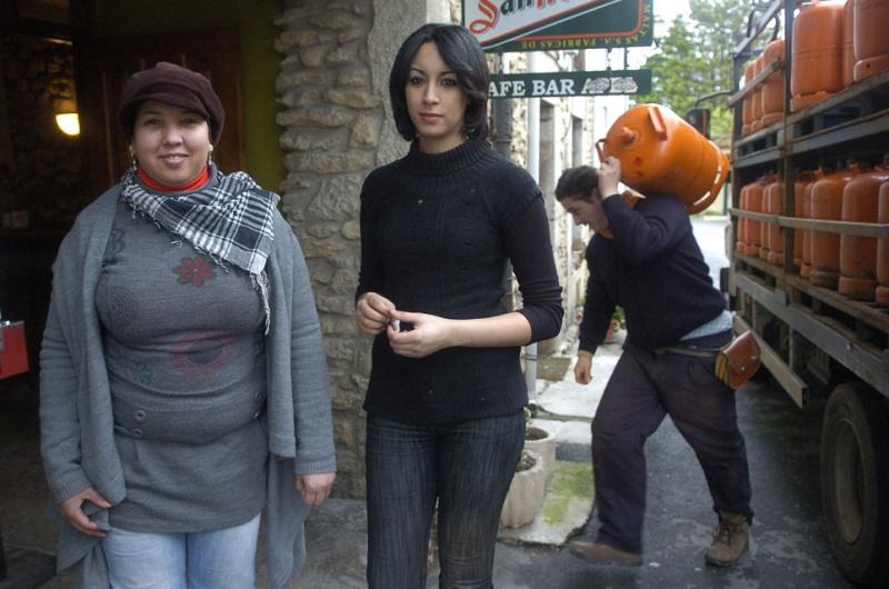 La saharaui Calama Hassna, a la izquierda, y la marroquí Madi Rached, delante del bar en el que trabajan, en la calle Lamadrid.