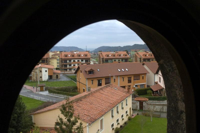 Barrio de El Redondo visto desde una de las ventanas de «La casa de piedra»