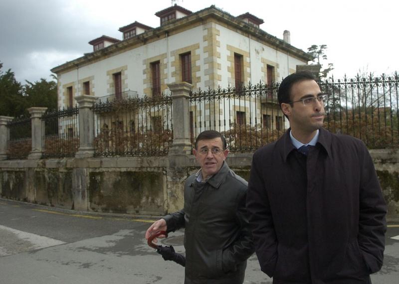 Modesto y Jesús Bordás, ante la verja de la casa de Las Raucas, que perteneció a los hermanos Ibáñez Posada
