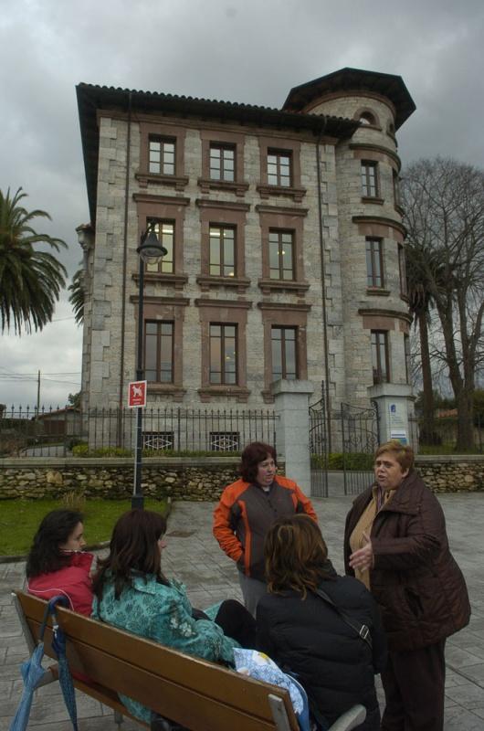Tertulia de mujeres delante de «La casa de piedra»