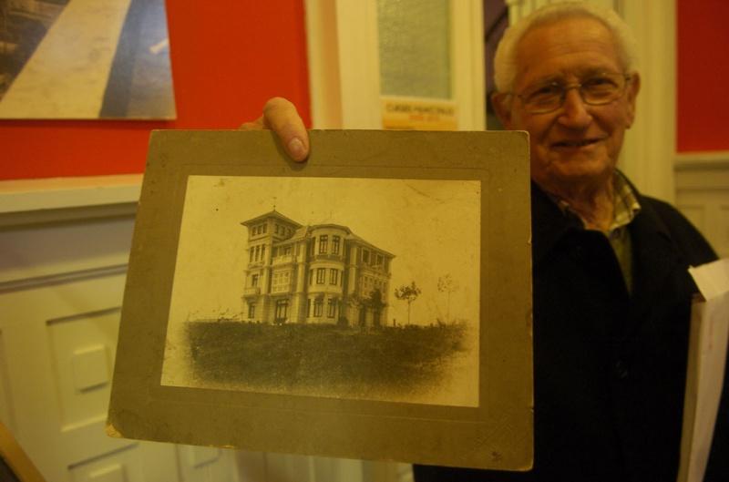 Antonio Álvarez Boeta, sosteniendo una foto histórica de «La Casa Roja»