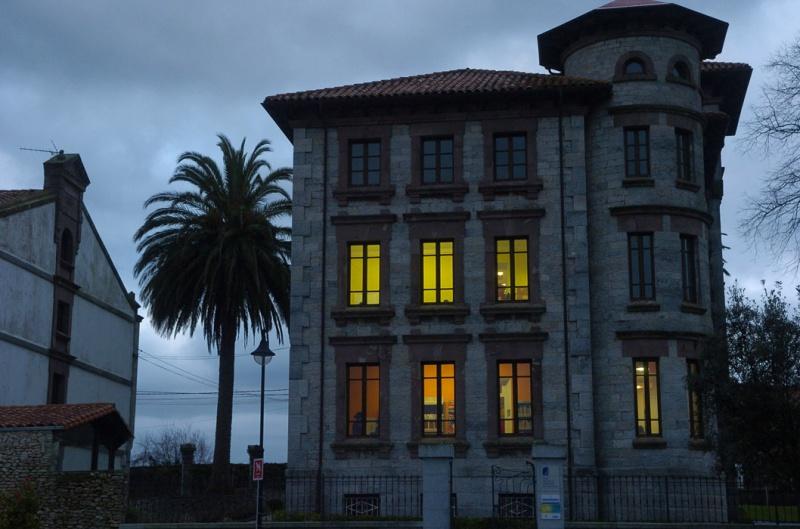 Un atardecer en la Casa de Piedra, que tuvo diversos usos y llegó a ser cárcel durante la Guerra Civil y que hoy se ha reconvertido en Casa de Cultura.