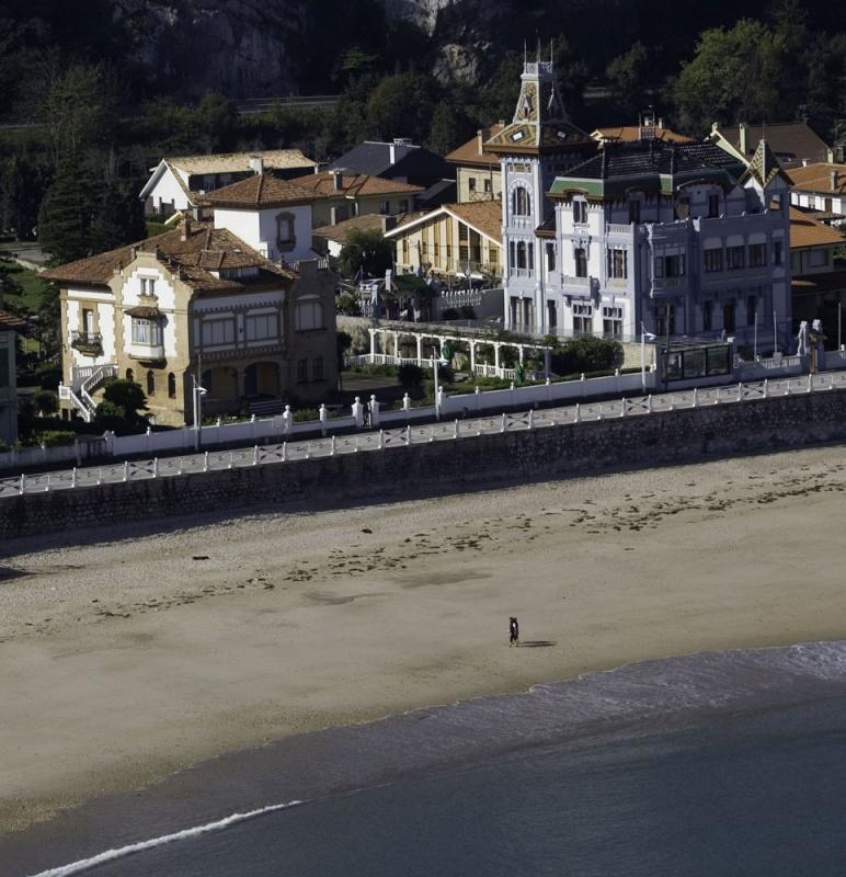 Una perspectiva aérea de la primera línea de la playa de Santa Marina.
